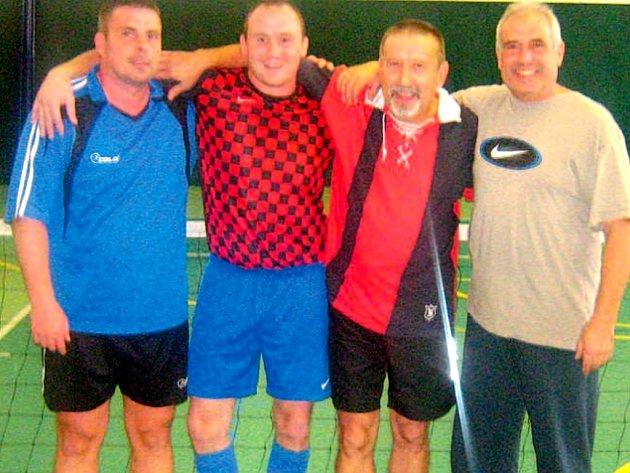 Vítězem prvního turnaje Zimní nohejbalové ligy se stal Bruno  Team ve složení: A. Chmiel (zcela vlevo), L. Beier, J. Surovec a  J. Chmiel.