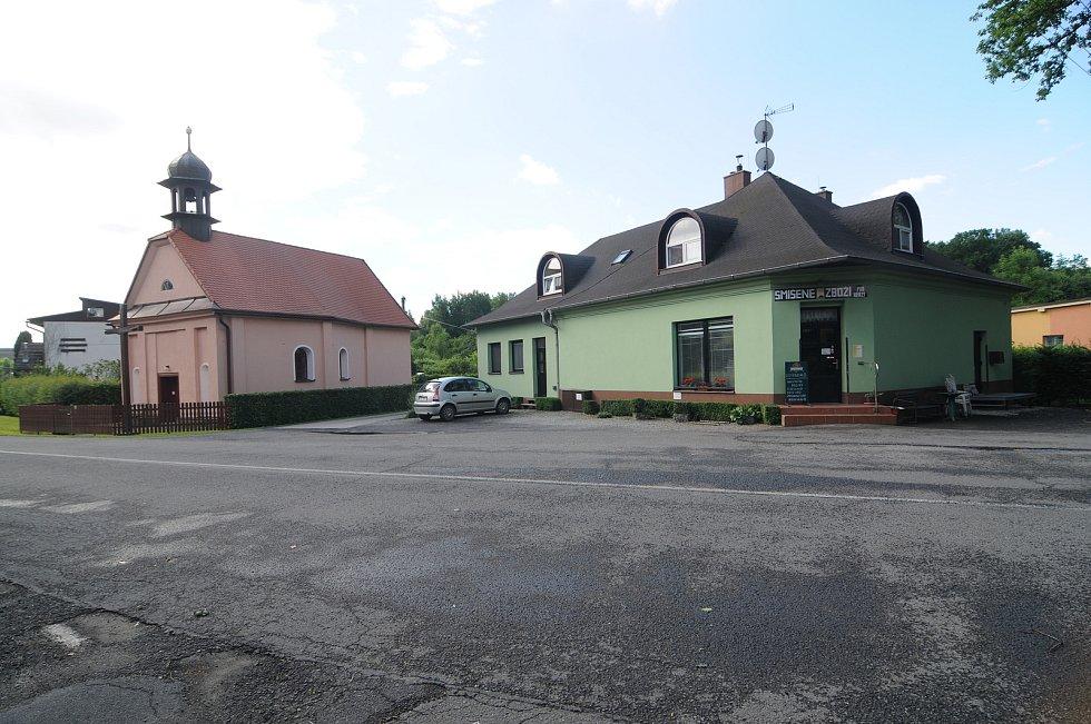 Kaple Narození Panny Marie a obchod se smíšeným zbožím.