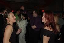 K DOVÁDĚNÍ na parketu přispěla na plese dobrým výběrem skladeb skupina Šajtar, která se proslavila tím, že hrála pro belgickou královnu.