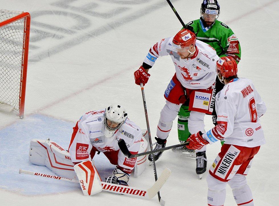 Třinečtí Oceláři (v bílém) proti Mladé Boleslavi. Foto: Petr Rubal