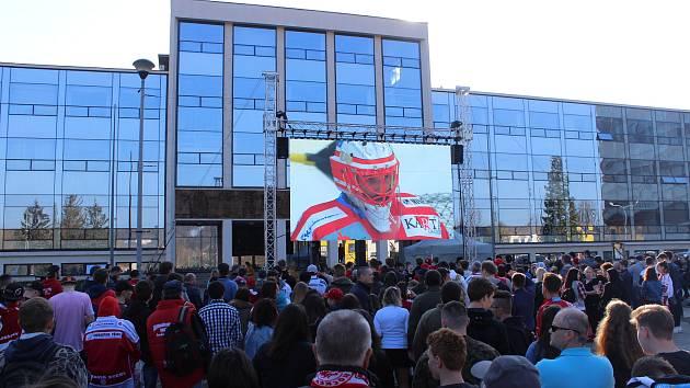 Lidé v Třinci společně sledovali první zápas hokejového finále na náměstí Svobody.