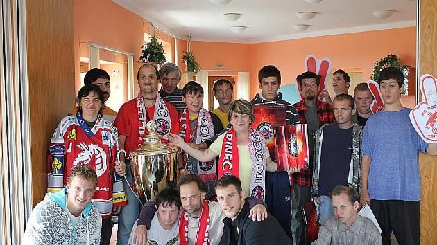 Hokejisté navštívili lidi s postižením v Horním Žukově.