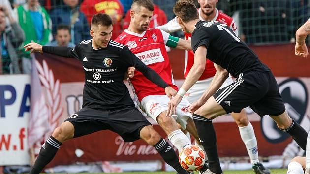 Třinečtí fotbalisté (v černém) těsně nestačili na Pardubice.