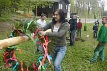Májka od středy 30. dubna stojí i v Bruzovicích, letos výjimečně v areálu za obecním úřadem.