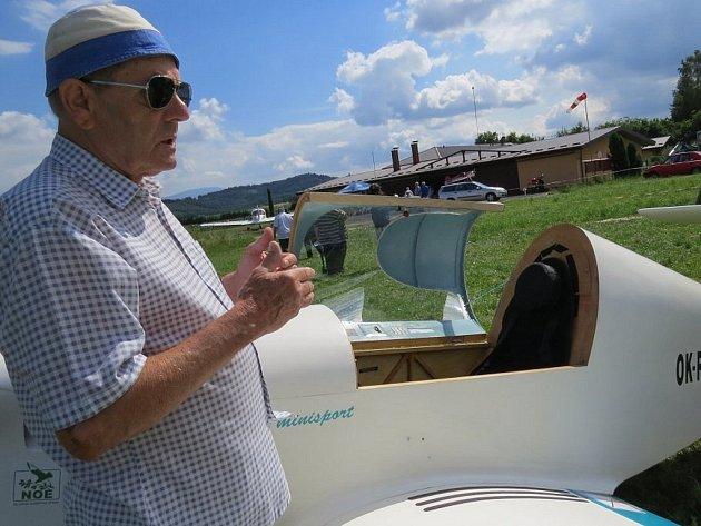 Jan Jendřejas postavil společně se svým synem Liborem jednomístné letadlo, které na místeckém letišti Bahno pokřtil.