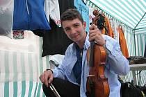 Ondřej Tabach se připravuje v provizorní šatně na místeckém náměstí Svobody na vystoupení.