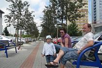 Revitalizace ulice 8. pěšího pluku v Místku skončila loni v červnu. Vznikl zde i středový pás s lavičkami. Na jedné z nich ve čtvrtek relaxovala tato skupinka.
