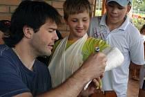 Jaromír Jágr se podepisuje na sádru mladíkovi z tenisového klubu Vitality Slezsko ve Vendryni.