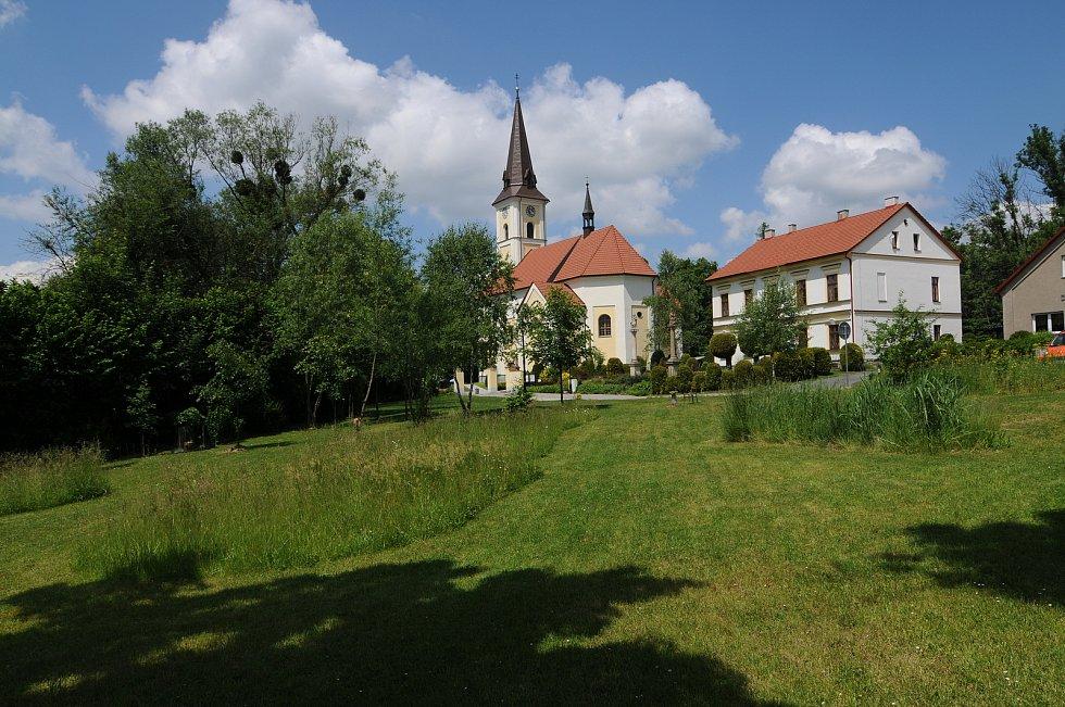 Kostel sv. Jakuba Staršího a budova fary.