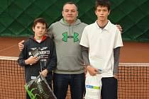 Finalisté dvouhry. Zleva stojí Tadeáš Paroulek, ředitel turnaje Jiří Vykoukal a Marek Dubský.
