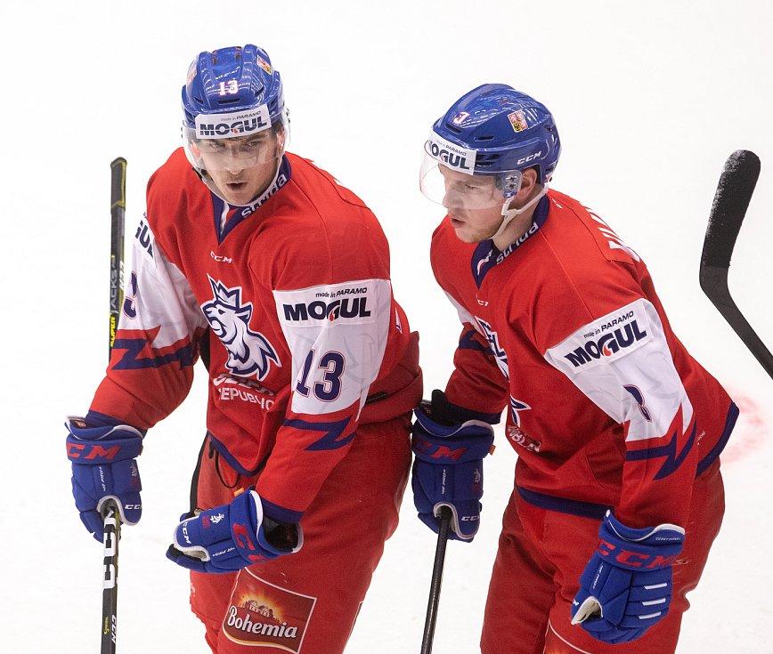 Přípravný zápas před MS U20 Česká republika - Slovensko, 22. prosince 2019 v Třinci. Na snímku (zleva) Jakub Lauko, Karel Klikorka.