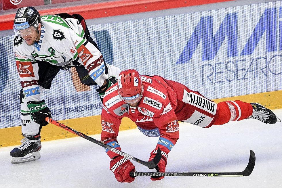 Semifinále play off hokejové Tipsport extraligy - 5. zápas: HC Oceláři Třinec - BK Mladá Boleslav, 11. dubna 2021 v Třinci. (Zleva) Jakub Strnad z Mladé Boleslavi a Petr Vrána z Třince.