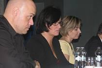Třinečtí zastupitelé rozhodli v úterý o vedení města. Starostkou zůstává Věra Palkovská (Osobnosti pro Třinec, na snímku uprostřed), vlevo Petr Šiška.