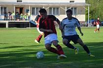 Fotbalisté Lučiny (světlé dresy) si vyšlápli na domácí Hnojník, když jej porazili 4:1.