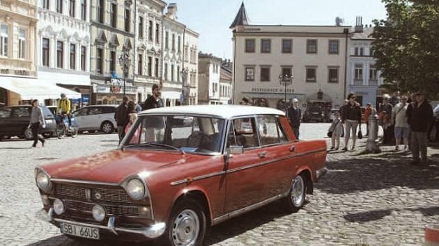 Také Zámecké náměstí ve Frýdku bude místem, kde dorazí historické vozy.