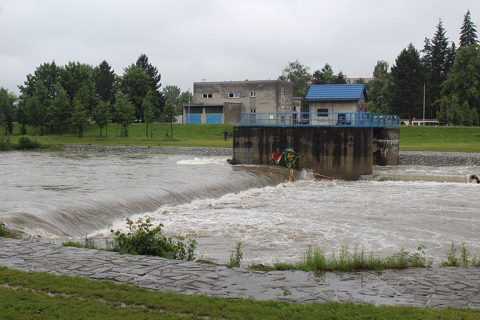 Muž s dětmi vyrazil na raftu na řeku Morávku. Skončilo to neštěstím. Foto: Deník/Tereza Liczmanová