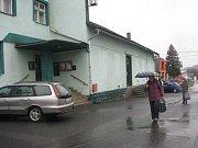 Ozbrojený muž v Raškovicích zavraždil dva lidi a jednoho těžce zranil. V obci se šíří zvěsti, že střelcem je učitel zastřelené dívky. I dnes dopoledne byla příjezdová cesta k místu neštěstí uzavřena.