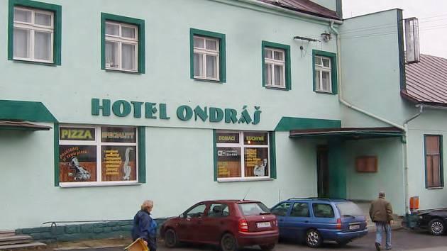 Lidé procházejí kolem hotelu Ondráš v Raškovicích.