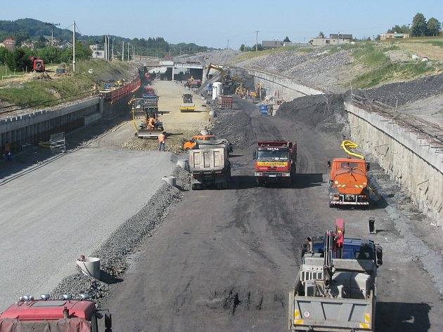 Stavební práce na rychlostní silnici R48. Sedmikilometrový úsek R48 u Frýdku-Místku je již otevřen. Zbývá už jen výstavba obchvatu.