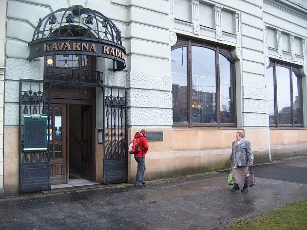 Vchod do kavárny a restaurace Radhošť ve Frýdku-Místku.