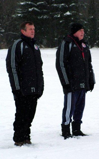 Trenér Erich Cviertna (vlevo) a jeho asistent Miloš Koloničný sledují své svěřence.