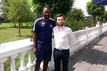 Jan Lokaj (vpravo) na snímku s bývalým skvělým fotbalistou Patrickem Vieirou.