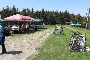 Krásné sobotní počasí vylákalo Čechy i Poláky do hor. Na hraničním vrcholu Velká Čantoryje byly stovky lidí.