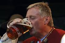 Premiér Mirek Topolánek. Než byl pasován na Gorola, musel vypít tuplák piva.