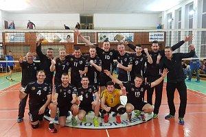 Volejbalisté Beskyd se radují po druhém vítězství nad dobřichovickými hráči.