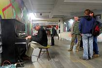 Veřejný klavír v křížovém podchodu přitahuje pozornost kolemjdoucích. KulturaFM ho na frekventovaném místě umístila nedávno. A sklízí za to pozitivní ohlasy.
