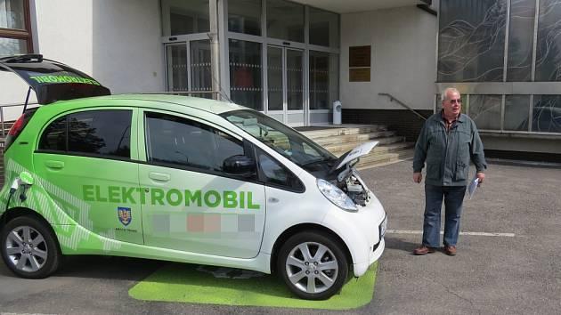 Den elektromobility chystají v červnu v Třinci. Jde o iniciativu Regionální rady Třinecka, ve které má zástupce i hutnické město. Na snímku elektromobil před třineckou radnicí.
