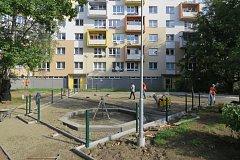 Stavba hřiště na Anenském sídlišti ve Frýdku-Místku.