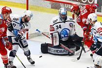 Třinečtí hokejisté (v červeném) příkladně zabojovali a snížili stav semifinále na 1:2 ze svého pohledu.
