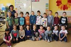 Na fotografii ze stejné školy jsou prvňáčci, kteří chodí do 1.B. Třídní učitelkou je Ivana Kovalčíková.