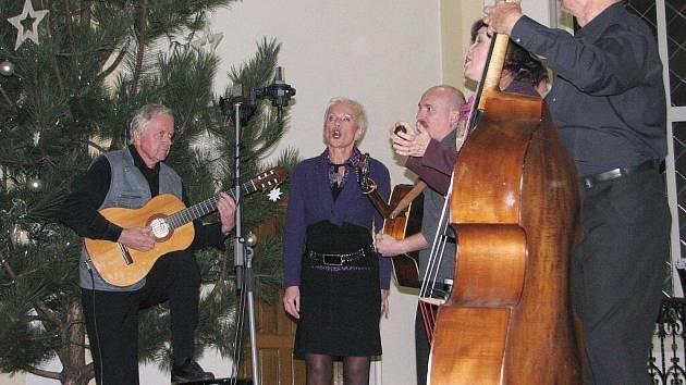 V třineckém evangelickém kostele vystoupila skupina Spirituál kvintet. Muzikanti hráli a zpívali zdravotníkům i dárcům, kteří přispěli na nákup nových lůžek pro nemocnici.