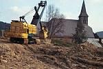 Stavba silnice na Jamník a Gruň nad kostelem.