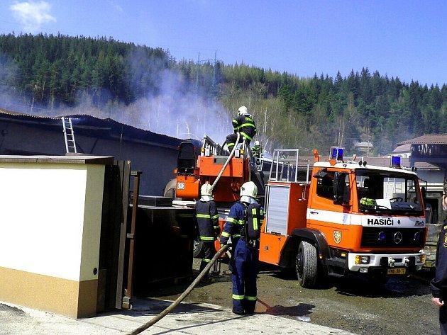 Čtvrteční odpolední požár zachvátil areál firmy Gonap v Mostech u Jablunkova.