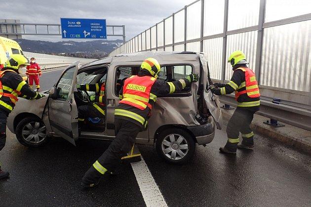 Vsobotu 23.ledna v10.13hodin byla na operační středisko HZS MSK nahlášena dopravní nehoda dvou osobních automobilů, která se stala vkatastru obce Třinec, městské části Karpentná.