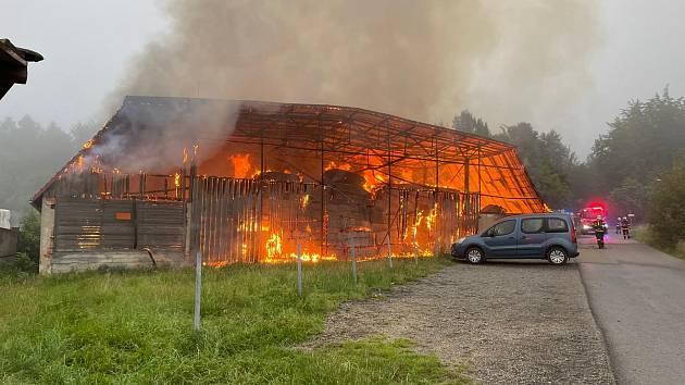 Deset hasičských jednotek se v neděli 18. července 2021 ráno zapojilo do likvidace požáru seníku v Čeladné na Frýdecko-Místecku.