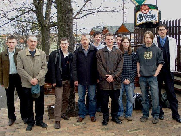 Bronzový tým. Zleva stojí: S. Azarov, V. Dydyshko, R. Antoniewski, S. Berezjuk, T. Dvořák, S. Jasný, J. Kočiščák, V. Rojíček, J. Lahner a P. Benčo.