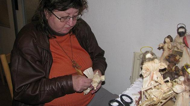Mária Kubalová při práci na figurkách z kukuřičného šustí.