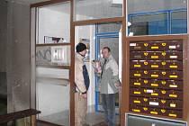 Jeden ze dvou vchodů paneláku v Erbenově ulici v Třinci. Také v něm se možná budou prodávat byty. Lidé by však museli souhlasit s cenou, kterou stanoví město.