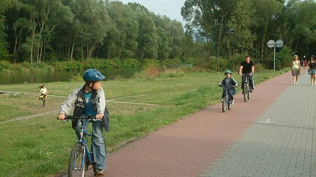 Cyklotrasa, která má v budoucnu spojovat Ostravu s Beskydami, se pomalu kompletuje. Některé úseky, jako například tento frýdecko-místecký, už stojí a cyklisté jej hojně využívají.