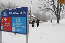 Areál červené sjezdovky v Řece zůstane od 23. prosince prázdný. Důvodem je oteplení a nedostatek sněhu. Modrá sjezdovka však bude v provozu, stejně jako další střediska v regionu.