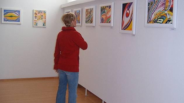 Obrazy Miloslavy Pavláskové se vyznačují pestrostí nanášených barev.