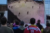 Třetí finálový zápas mezi Litvínovem a Třincem přilákal k velkoplošné obrazovce na třineckém náměstí Svobody mnoho stovek diváků.