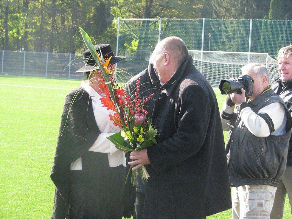 Generální ředitel Fotbalu Třinec a předseda představenstva a.s. Ing. Edvard Huczala předává květinu starostce Třince Věře Palkovské.