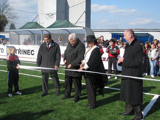 Slavnostní přestřižení pásky při otevření nového areálu s umělou trávou.