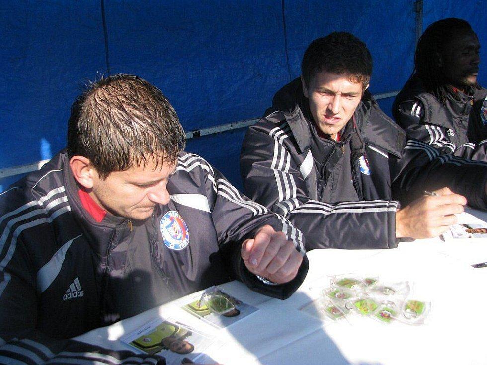 Třinecký brankář Martin Lipčák (vlevo) a útočník Radek Szmek při autogramiádě.