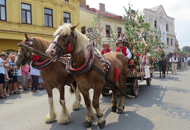 Nedělní dopoledne tradičně patřilo krojovanému průvodu Jablunkovem.